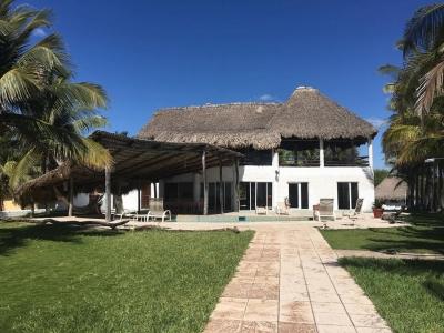 Vendo o Rento casa en Monterrico a Orilla del Mar