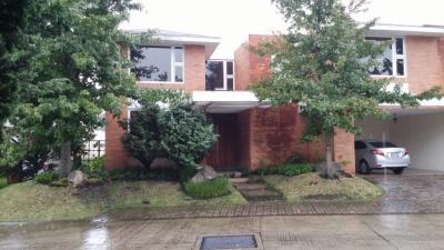 Casa en Renta: 400mts2 + 200mts2 jardín + 55mts2 pergola