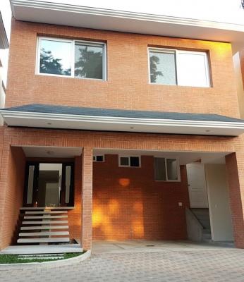 Casa casi nueva en Residencial Jardines del Prado  a 5 MIn. de C. C. La Pradera.