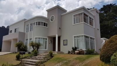 Linda Casa con amplio jardín