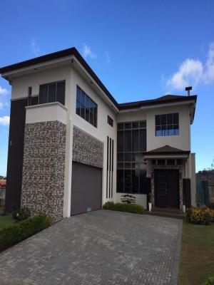 EN ALQUILER: Amplia Moderna Lujosa Casa Familiar
