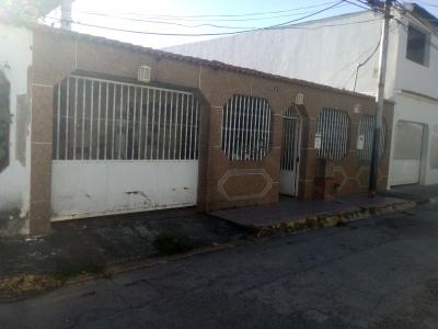 BONITA Y ESPACIOSA CASA EN URB. LECUMBERRY, CUA, 200 M2, 6 HAB,  4  BAÑOS, TERRAZA CON  PARRILLERA