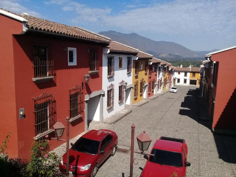 VENDO BELLEZA DE CASA (MODELO JUNIOR SUITE), ARQUITECTURA ACOGEDORA DE ESTILO COLONIAL, FINOS ACABADOS, AMUEBLADA Y EQUIPADA