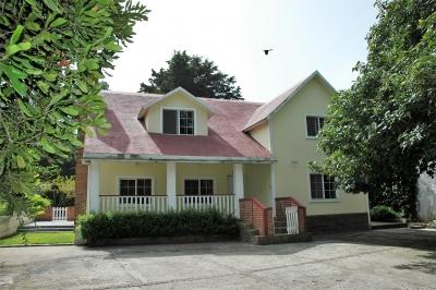 ARRENDAMIENTO Casa Estilo Americana, Jardines de Santiago, A un Km de San Lucas y a 15 Km del centro de Antigua.