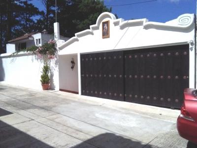 VENDO BELLEZA DE CASA, CONSTRUCCIÓN RECIENTE, FINOS ACABADO, ESTILO COLONIAL, AMPLIO JARDÍN, SECTOR DE ALTA PLUSVALÍA Y SEGURIDAD
