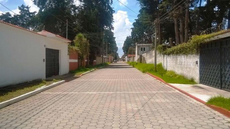 VENDO BELLEZA DE CASA UBICADA EN SECTOR PREFERENCIAL DE ALTA PLUSVALIA, 5 DORMITORIOS, AMPLIO JARDIN