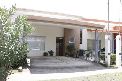 Amplia casa en un condominio familiar