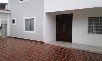 VENTA DE CASA MODERNA, CÉNTRICA Y NUEVA