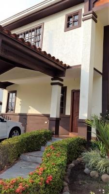 Casa en Alquiler en Panama, Las Cumbres con Garita de Seguridad y Area Social