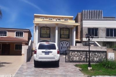 Vendo Lujoso Palafito. Casa Botes A. Tres Niveles. Muelle. Puerto La Cruz. 450m2.