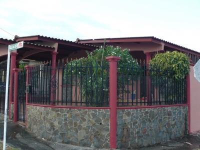 Casa en Venta Panama, Brisas del Golf de Esquina con Cocina Remodelada y 4 Recamaras + Terraza Techada Trasera