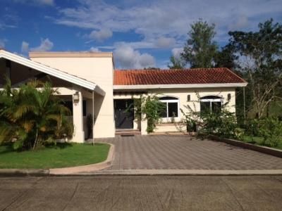 18-7399 AF Brisas del Golf se vende moderna casa