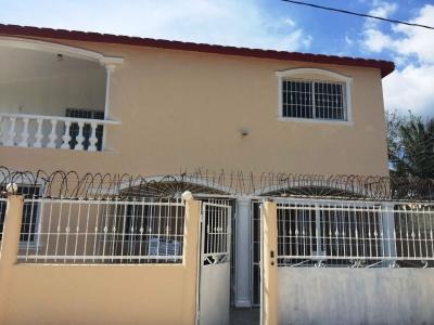 Amplia Casa de 2 Niveles en Boca Chica