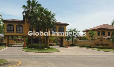 Residencial Antigua en Costa del Este. Casa de Esquina.