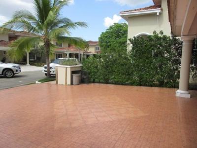 18-2631 AF Se alquila espaciosa casa en Costa del Este