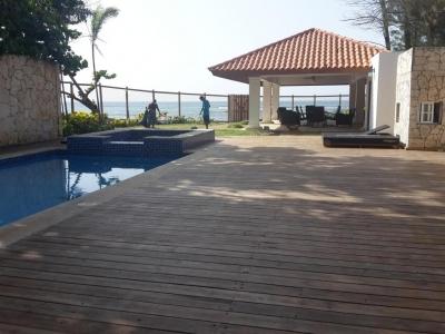 Hermosa Casa en La Playa de 2 Niveles 6 dormitorios Totalmente Amoblada C/áreas Sociales Piscina Jacuzzi En Juan Dolio