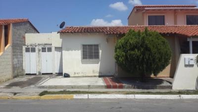 Excelente Casa ubicada en un buen urbanismo, que ofrece la comodidad , tranquilidad y seguridad que buscas