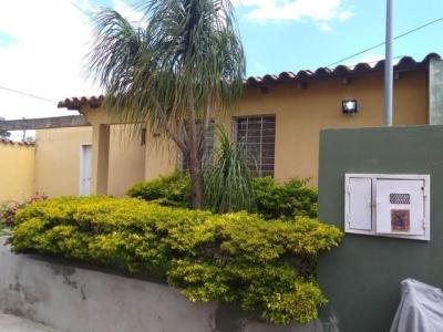 Casa ubicada en la zona este de cabudare, cercana a centro comerciales, av principales entre otros