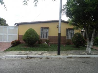 Amplia, fresca y comoda casa ubicada en urbanizacion privada con vigilancia