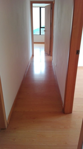 Moderno y amplio departamento $440 incluido condominio, ascensores, agua caliente dos parqueaderos y bodega