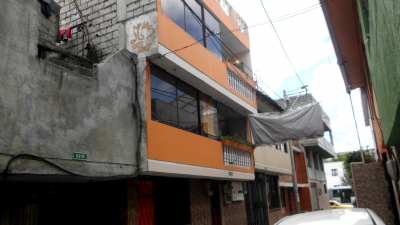 MEJOR OFERTA AL SUR QUITO MERCADO MAYORISTA CASA DE 3 DPTOS. Y 2 MINI SUITES 240 M2 CONSTRUCCION