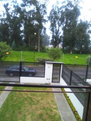 hermosa y amplia casa ubicada en un sector tranquilo con amplias áreas verdesee