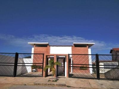 SKY GROUP vende TownHouse en Playa el Angel