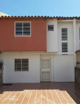 TOWN HOUSES EN LOMAS DE MARGARITA