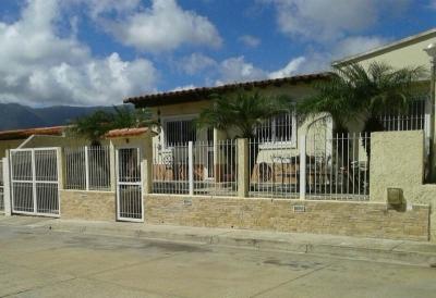 SKY GROUP PAMPATAR Vende casa en Urbanización cerrada Av. Terranova