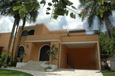 Casa de dos niveles con piscina en Cuesta Hermosa II