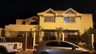 Casa de 2 niveles con 5 Habs y 2 Terrazas