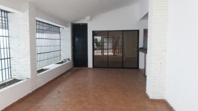 Amplia Casa ubicada en calle tranquila de Los Cacicazgos.