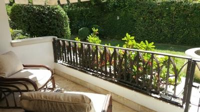 Alquilo apto amueblado de 3 hab en la Anacaona - 1er nivel con jardin