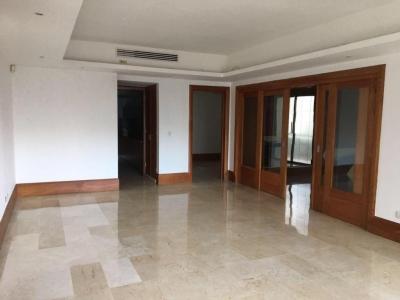 Un apartamento por piso se alquila en Paraíso 3hab