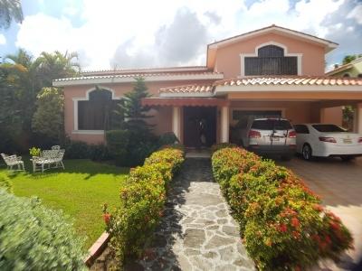 Casa de 4 hab en Altos de Arroyo Hondo III