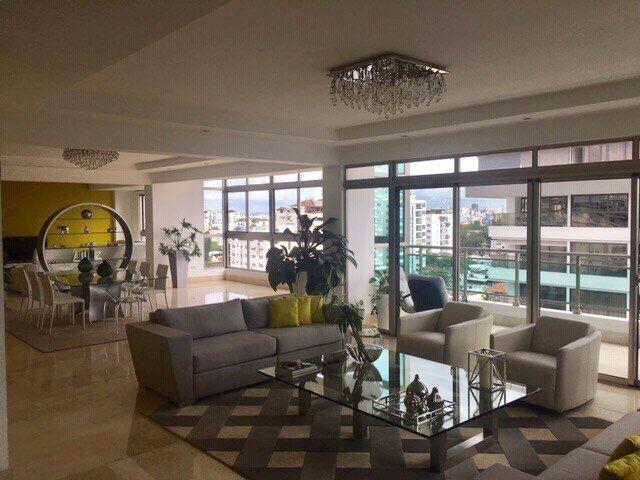 Lujoso Penthouse en los Cacicazgo con terraza amueblado