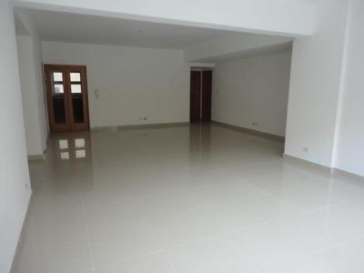 Apartamento en alquiler ubicado en Evaristo Morales 3H 3.5B 2P