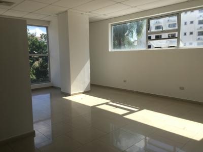 Oficina en Alquiler en Piantini en el Tercer Nivel de 71 m2