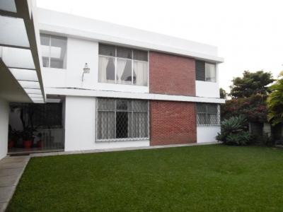 APARTAMENTO EN RENTA TIPO TOWNHOUSE A UNA CUADRA DE AV. REFORMA ZONA 10