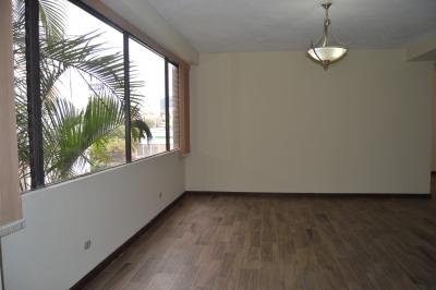 CityMax renta amplio apartamento remodelado en Zona 10, muy buena ubicación, cercano a vías de acceso y centros comerciales, supermercados y mucho más