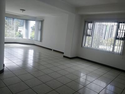Amplio apartamento en zona 15