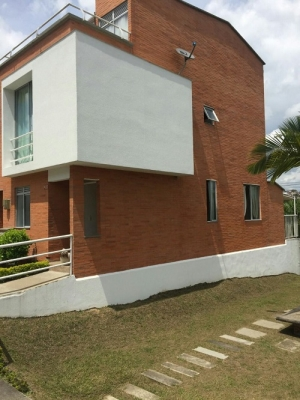 Casa esquinera conjunto residencial Arco Iris de la Colina