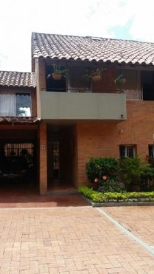 Vendo casa 3 niveles amplia y acogedora en conjunto cerrado