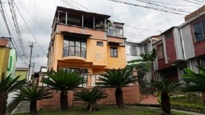 Vendo casa 3 niveles con antejardín y terraza