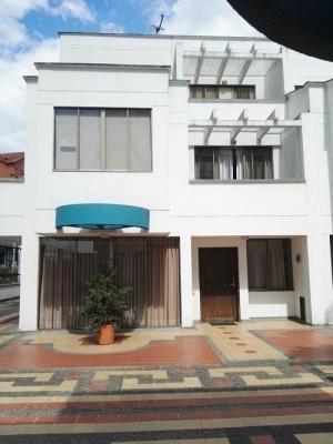 Vendo casa 3 niveles conjunto cerrado de Pinares, estrato 6.
