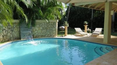 Lujosa Villa Moderna con Elegancia Europea cerca de Playa Minitas