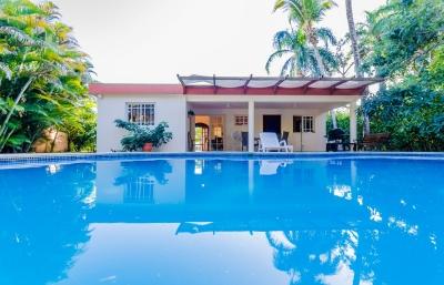 Oportunidad - Casa con piscina en comunidad cerrada con playa de arena.