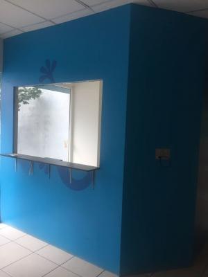 Exclusiva OfiBodega con amplias oficinas de muy buen gusto