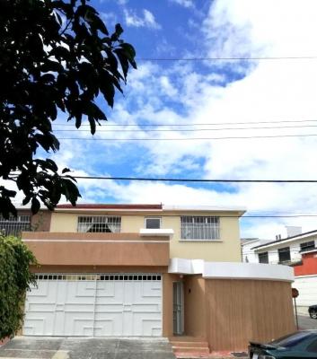 Casa de 4 habitaciones en venta ubicada en jardines de Tulan Zu