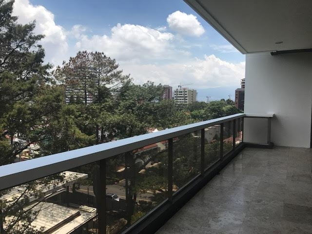 Apartamento con 3 dormitorios en venta en Zona 14